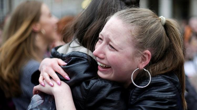 Dos mujeres se abrazan visiblemente emocionadas en medio de los festejos por la legalización del aborto en Irlanda (REUTERS/Max Rossi)