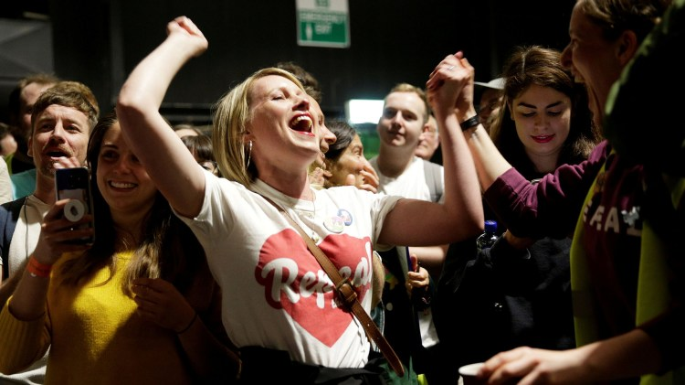 Los festejos por el resultado del referéndum se extendieron durante todo el sábado en Dublin (REUTERS/Max Rossi)