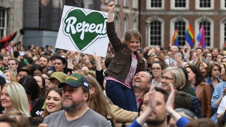 Ahora el gobierno deberá presentar un proyecto de ley para legalizar la interrupción voluntaria del embarazo (REUTERS/Clodagh Kilcoyne)