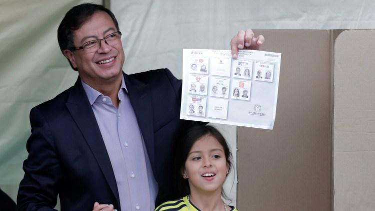El candidato del Movimiento Colombia Humana, durante la votación de este domingo (Reuters)