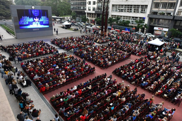 Una multitud se acercó a celebrar los 110 años de la última inauguración del Colón, luego de mudarse de su lugar frente a Plaza de Mayo
