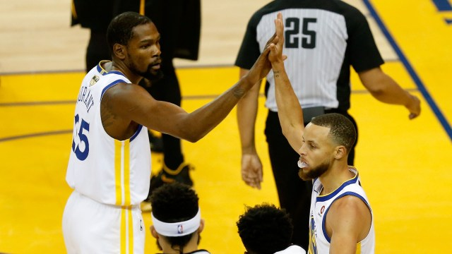 Kevin Durant y Stephen Curry son las grandes figuras de los Golden State Warriors (AFP)