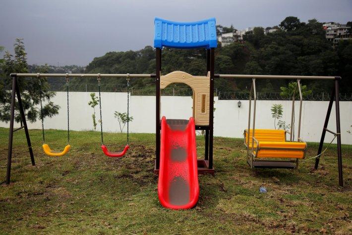 Unos juegos para niños cubiertos de ceniza en Guatemala City(REUTERS/Luis Echeverria)