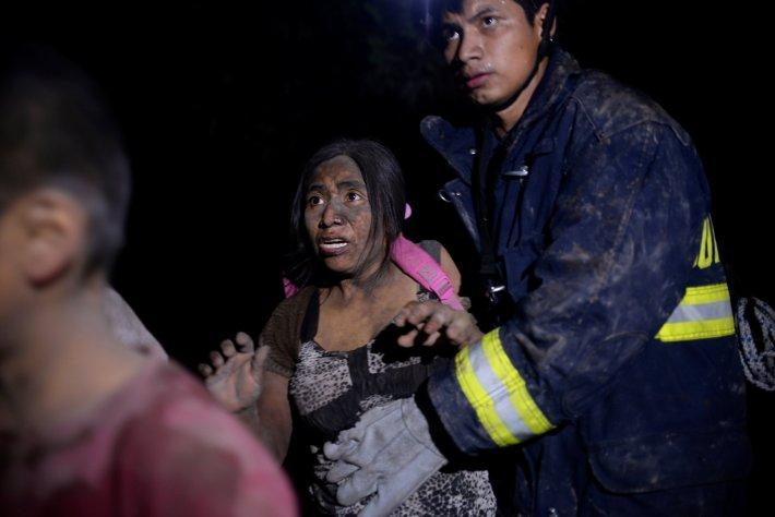 Una mujer rescatada en El Rodeo(REUTERS/Fabricio Alonzo)
