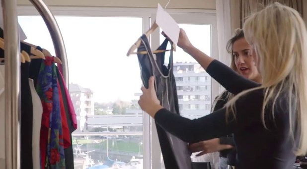 Carina, la diseñadora junto a la productora de modas Natalia Cecchinato
