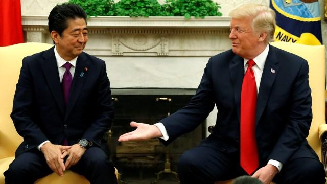 Abe y Trump durante su encuentro en la Casa Blanca (REUTERS/Kevin Lamarque)