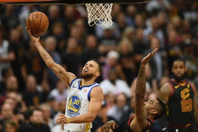 Stephen Curry fue la figura de la primera mitad con 20 puntos (Reuters)