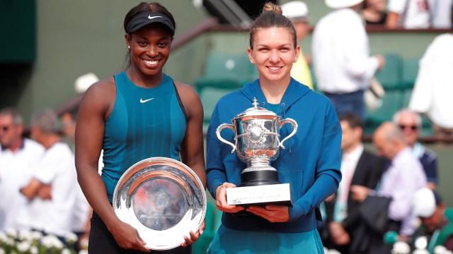 Simona Halep y Sloane Stephensposaron con sus trofeos (Reuters)