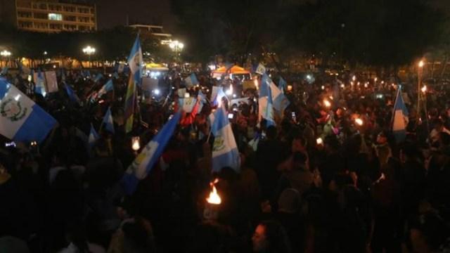 Miles de personas salieron en las calles de la capital a pedir la renuncia del presidente.(Gentileza prensa Libre)