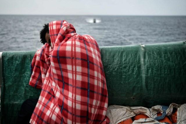 Un migrante sobre elMV Aquariusen una foto tomada en mayo (AFP/ LOUISA GOULIAMAKI/archivo)