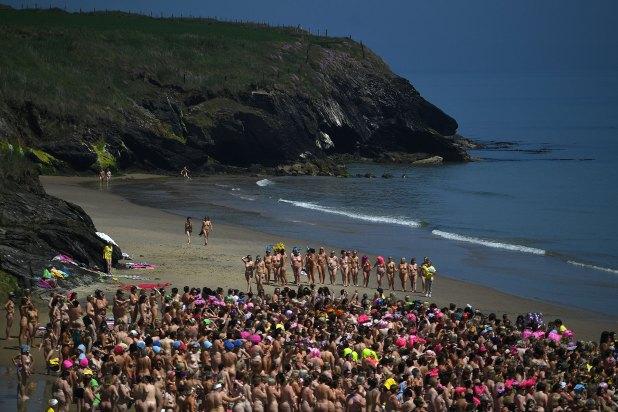 En la jornada, la temperatura de la playa Magheramore, a unos 50 kilómetros de Dublín, no superaba los 12 grados celsius, pese al soleado día
