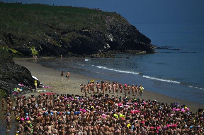 En la jornada, la temperatura de la playa Magheramore, a unos 50 kilómetros de Dublin, no superaba los 12 grados celsius, pese al soleado día