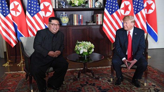 El dictador norcoreano se mostró jovial ante los medios. (AFP)