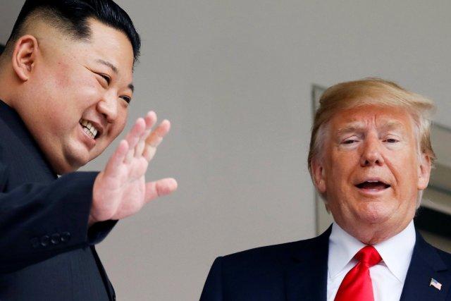 Kim Jong-un saluda a la presente con Trump a su lado. (REUTERS/Jonathan Ernst)
