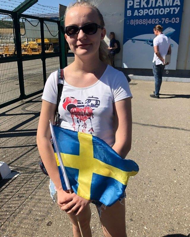 La joven de 15 años, junto a su bandera de Suecia, fue la única que le dio la bienvenida al plantel