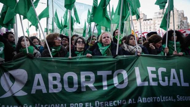 Nina Brugo, la mujer rubia, en el centro, junto con las compañeras de militancia feminista (Julieta Ferrario)