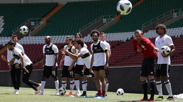 Mohamed Salah ya pudo entrenar a la par de sus compañeros y confía en jugar ante Uruguay (AFP)