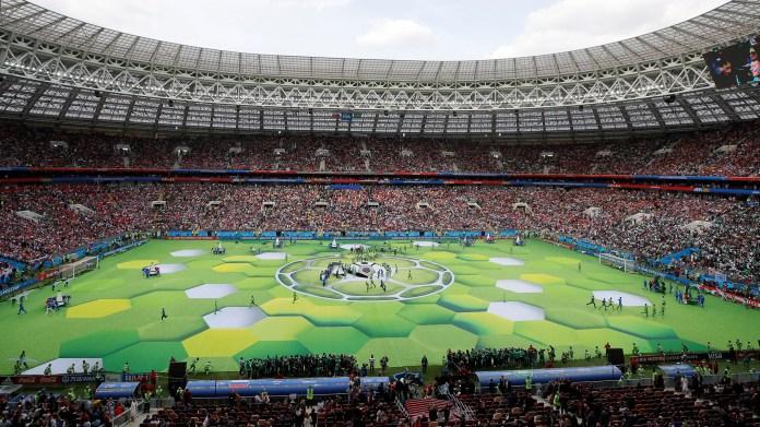Luego de que los jugadores de Rusia y de Arabia Saudita terminaran los trabajos de calentamiento, el césped del estadio se modificó para hospedar la ceremonia de inauguración(REUTERS/Maxim Shemetov)