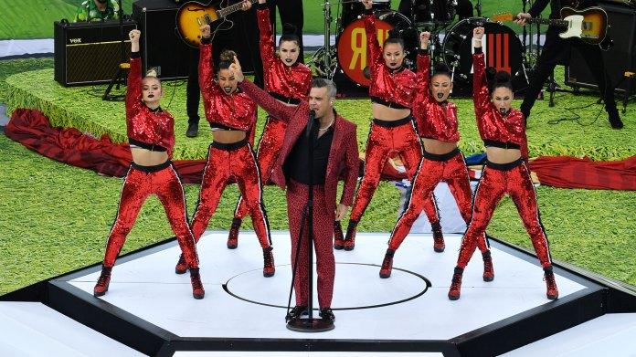 """Luego de la aparición del futbolista brasileño llegó el turno del cantante británico Robbie Williams, quien entonó """"Feel"""", """"Angel"""" y otros de sus canciones más conocidas"""