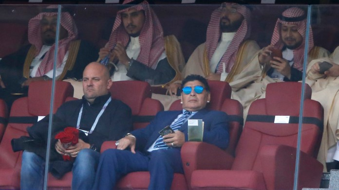 En el palco, Diego Armando Maradona vivió la experiencia de la ceremonia inaugural. El ex futbolista y seleccionar argentino comentará el Mundial para la televisión italiana(AP Photo/Hassan Ammar)