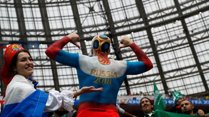 El color de los hinchas en las tribunas del Estadio Olímpico Kluzhniki, repartido entre los hinchas locales y los fanáticos de Arabia Saudita (AP Photo/Pavel Golovkin)