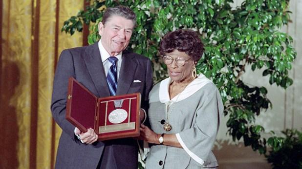 """El 18 de junio de 1987, el presidente Ronald Reagan entregó la """"Medalla Nacional de las Artes"""" a Ella Fitzgerald en un almuerzo."""