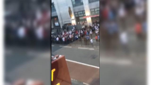 Un grupo de fanáticos bloqueó el paso de un auto