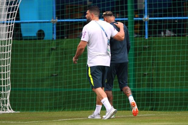 Neymar se retiró del entrenamiento de Brasil con en compañía del médico Bruno Mazziotti (Reuters/ Hannah McKay)