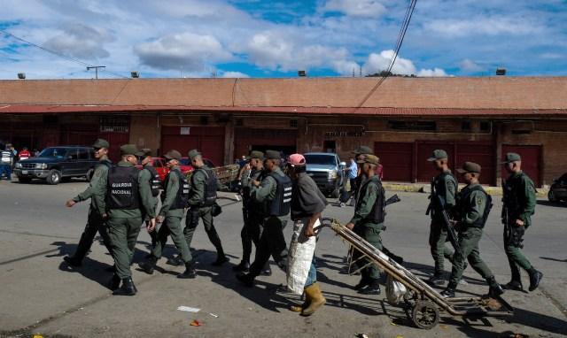 """El régimen inició esta semana la """"ocupación temporal"""" de 97 mercados municipales. En la foto, el marcado de Coche, en Caracas (AFP / Federico PARRA)"""