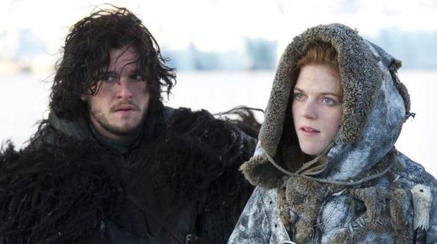 Los recién casados protagonizando a Jon Snow e Ygritte
