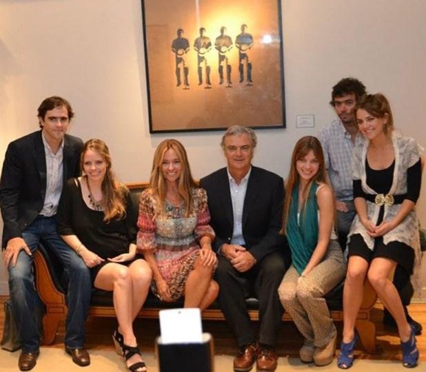 Posta familiar completa, juntos a sus padres. De izquierda a derecha, César Bustos, Geñi, María Eugenia, Horacio, Laura Laprida,