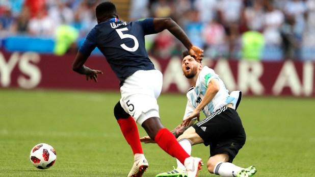 Messi es derribado por Umtiti, su compañero en Barcelona (AP Photo/Frank Augstein)