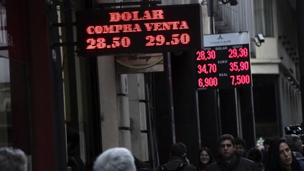 """La divisa de EEUU vuelve a precios máximos, en un nuevo episodio de """"turbulencia"""" financiera."""