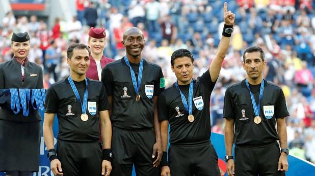 El árbitro Alireza Faghani recibió una medalla por impartir justicia en el duelo por el tercer puesto en el Mundial de Rusia 2018 (REUTERS/Toru Hanai)