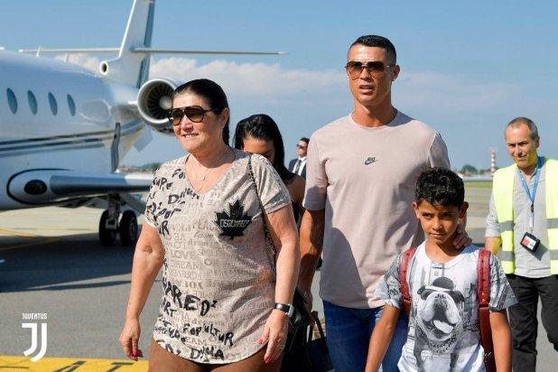 Ronaldo con su madre y su hijo (Twitter @juventusfces)