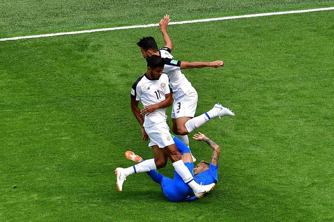 Los costarricenses Johan Venegas y Giancarlo González parecen arrollar al brasileño Neymar