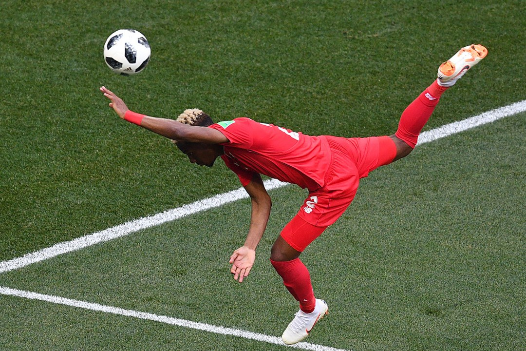 El panameñoMichael Murillo pierde el equilibrio, pierde de vista el balón y cae ante Inglaterra