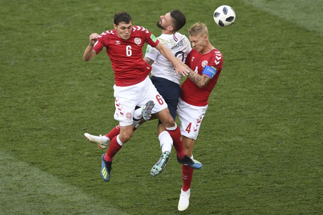Los daneses Andreas Christensen y Simon Kjaer hacen un sandwich con el francés Olivier Giroud durante el 0-0 por la fase de grupos