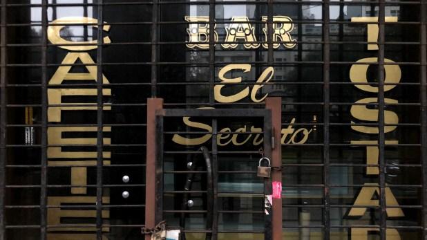 """Las rejas cubren los ventanales del bar """"El secreto"""" en el barrio porteño de San Telmo (Adrián Escandar)"""