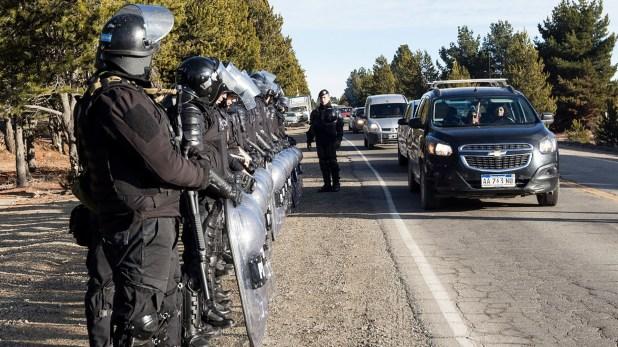 Efectivos de Infantería apostados sobre la vera de la ruta para evitar cualquier tipo de incidente (fotos: Eugenia Neme)