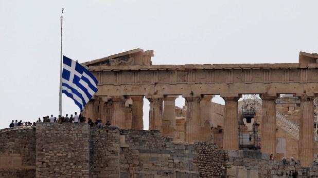 La bandera griega a media asta (Reuters)
