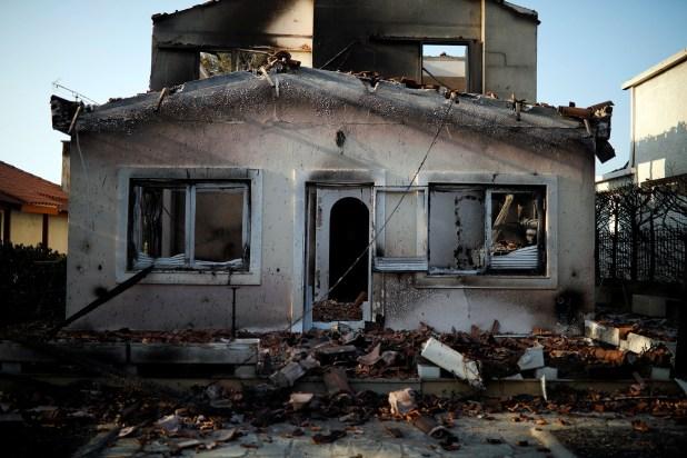Otro hogar que quedó quemado (Reuters)