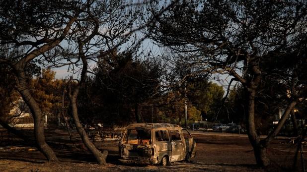 Otro vehículo destruido por el fuego (Reuters)