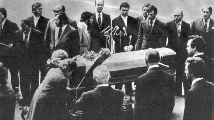 Resultado de imagen para Fotos: Juan Domingo Perón recibe el cadáver de su esposa, Evita,