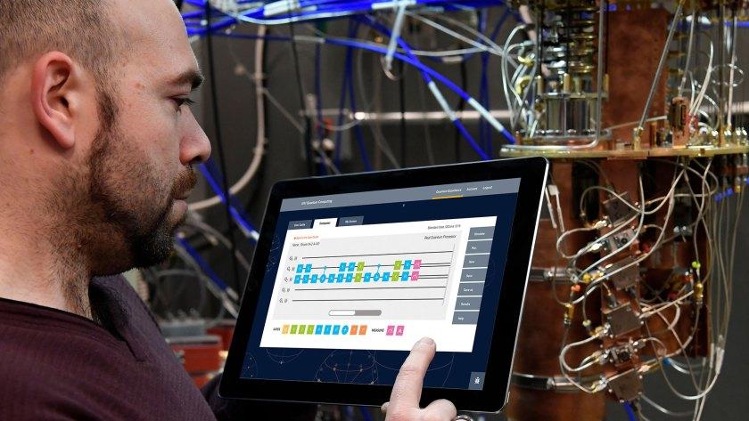 Antonio Corcoles-González trabaja con la computadora cuántica de IBM