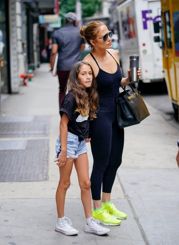 Jennifer López muestra su tonificada figura caminando por Nueva York junto a sus hijos Max y Emme (Splash News/The Grosby Group)