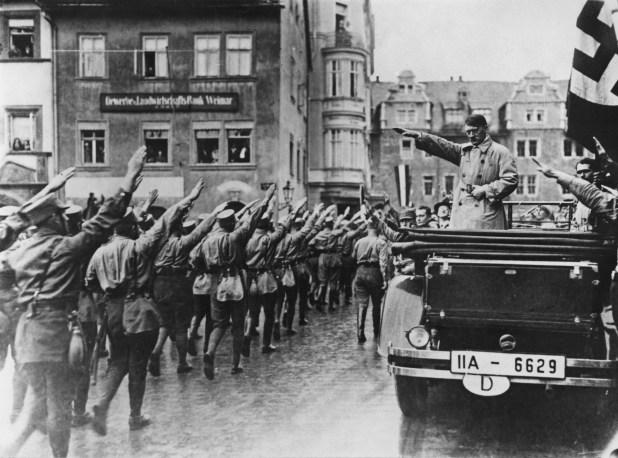 El líder nazi Adolf Hitler saluda a sus fuerzas de choque, las Sturmabteilung (SA), en 1930, cuando aun no ha alcanzado el poder (Photo by Hulton Archive/Getty Images)