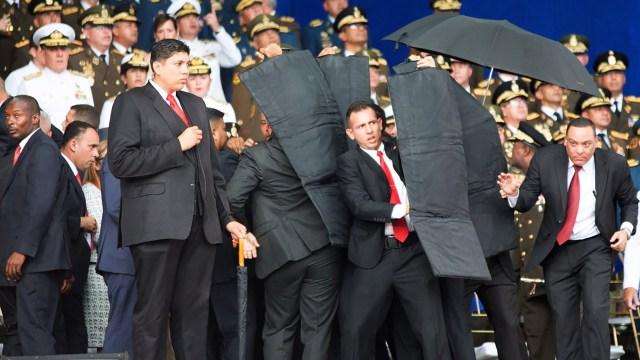 Los escoltas de Maduro lo cubren en medio delfallido atentado con un drone (@XHespanol)