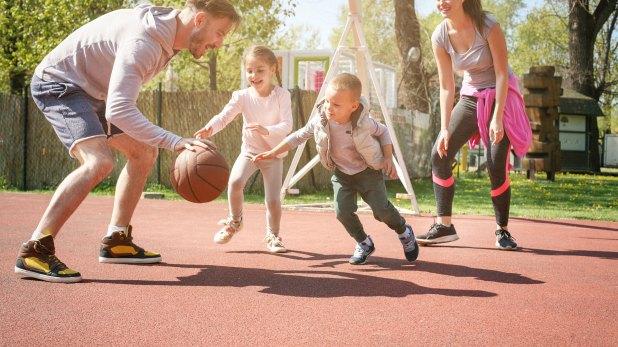 Promover el ejercicio físico diario pero evitarlo en horas cercanas a la noche. Cualquier actividad física, sobre todo si es lúdica, es recomendable en los niños