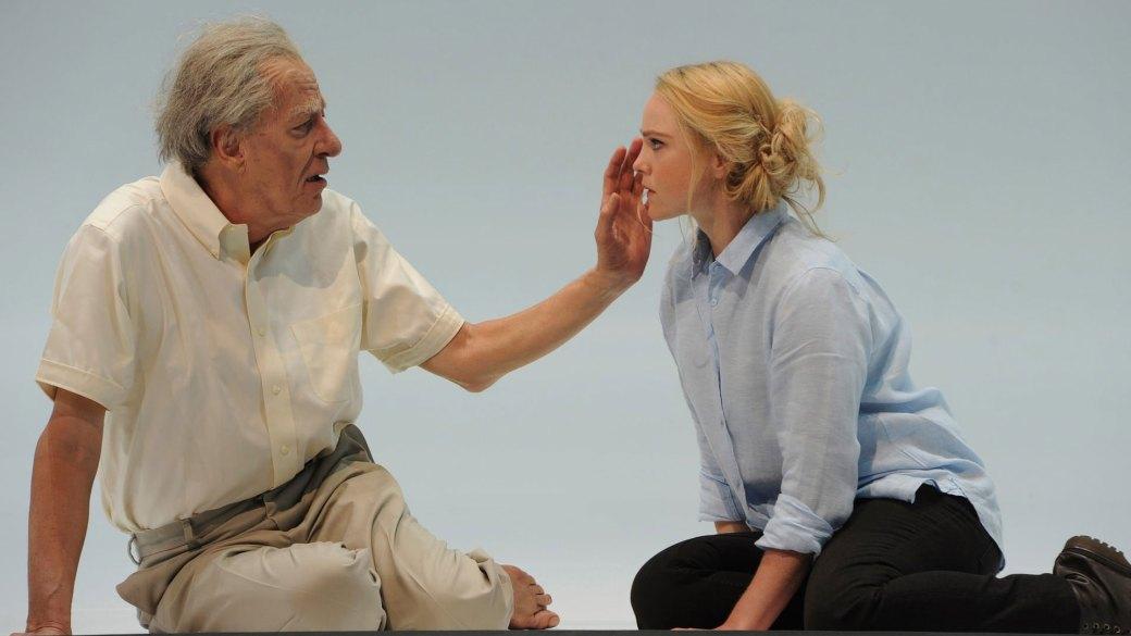 """Eryn Jean Norvill y Geoffrey Rush en una escena de la obra teatral """"King Lear"""""""